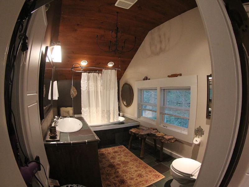 baño en segundo piso con 5 jet jacuzzi, perfecto para tomar después de un día en las pistas de