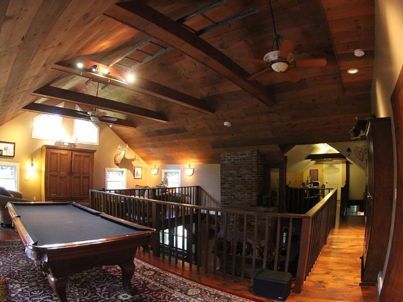 Patrimonio americano billar centro del escenario de esta sala de juegos/loft.