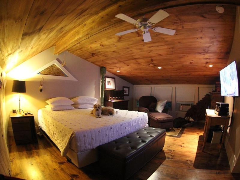 Dormitorio rey tempurpedic con visualización de pantalla plana de 46'