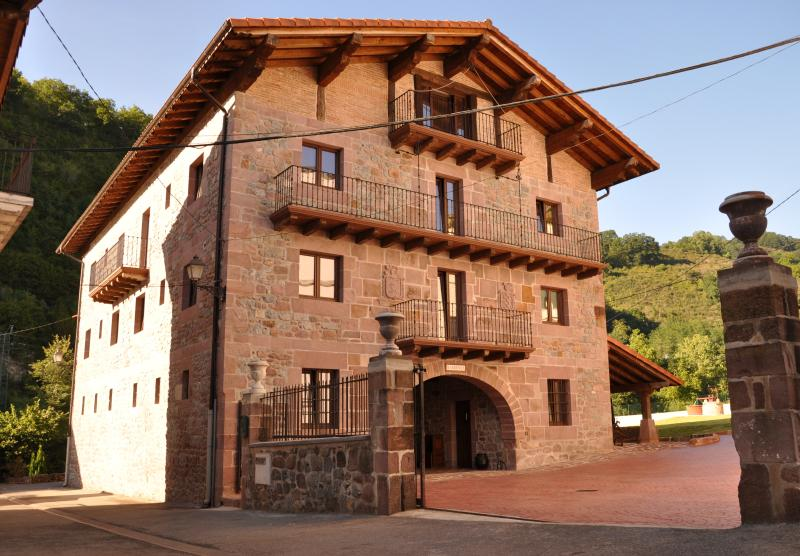 Casa rural Barbenea I y II, vacation rental in Igantzi