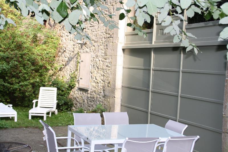 D'altra parte, la terrazza privata con mobili da giardino e barbecue.