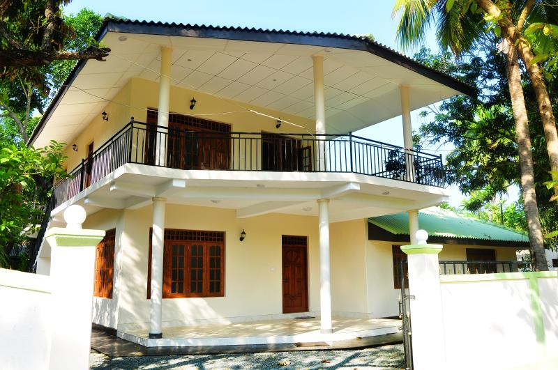 Anuradha Holidays-Whole Bungalow with 6 Bedrooms, alquiler de vacaciones en Anuradhapura