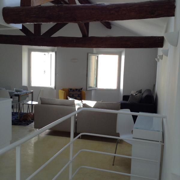 Dalle scale appena entrati nell'appartamento per soggiorno