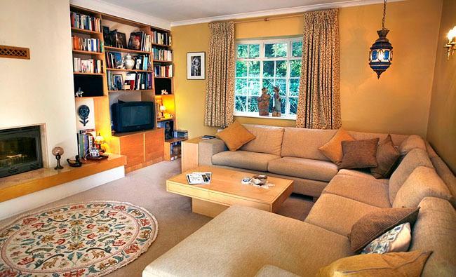 Das Wohnzimmer mit komfortablen Sofas und TV
