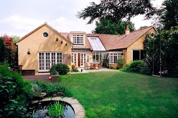El amplio jardín y nuestra casa en Richmond