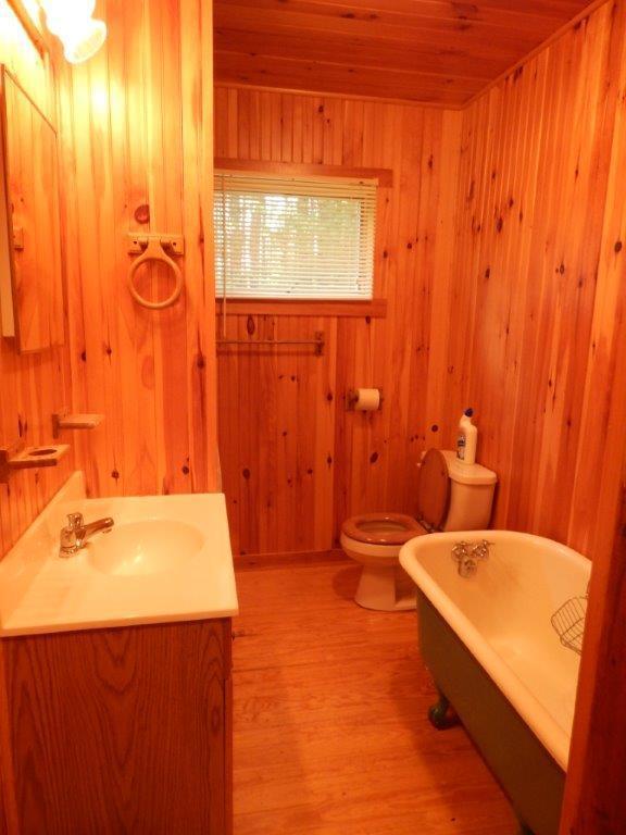 Cuarto de baño tiene bañera y ducha de stal