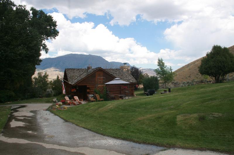 Beautiful Historical Cabin near Yellowstone, vacation rental in Wapiti