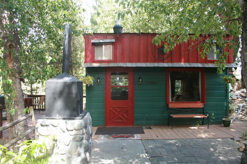 One Bedroom Creekside Cabin near Yellowstone NP, vacation rental in Wapiti