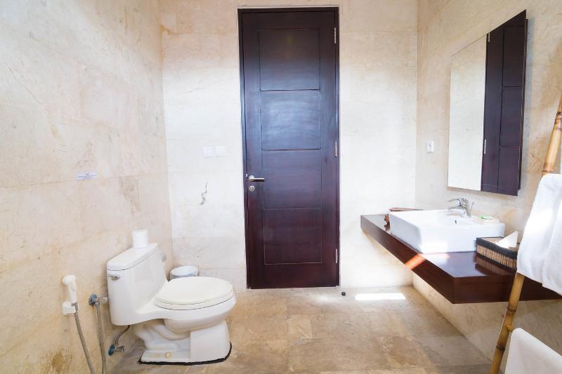 Bathroom (Twin Bedroom)