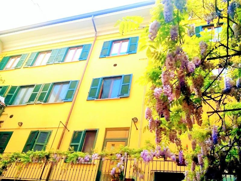 Silenzioso cortile interno con glicine e palazzo di fronte