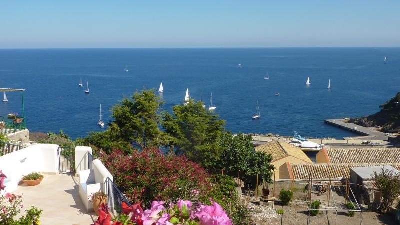 vista del mare con barche a vela dal terrazzo