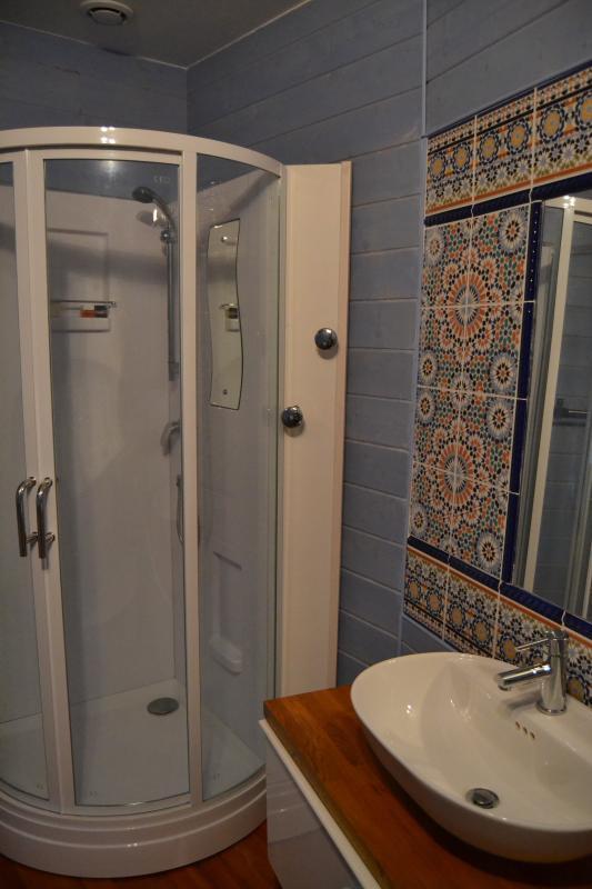 salle d'eau attenante à la chambre + wc