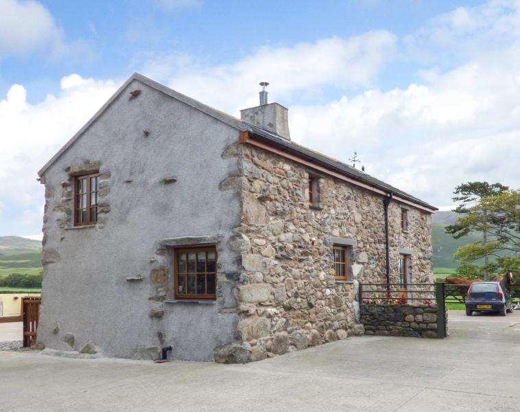 FELL VIEW COTTAGE, woodburner, private patio, near Bootle, Ref 26718, vacation rental in Bootle