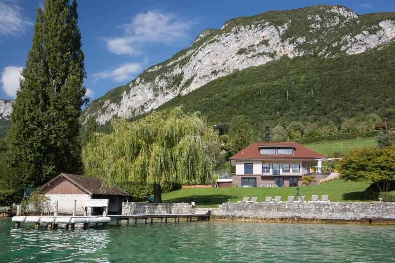 5 Star waterfront villa Bagatelle for 10 p. Annecy, holiday rental in Alex