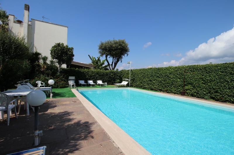 Lussuosa villa con piscina dotata di ogni comforts, holiday rental in Passo Oscuro