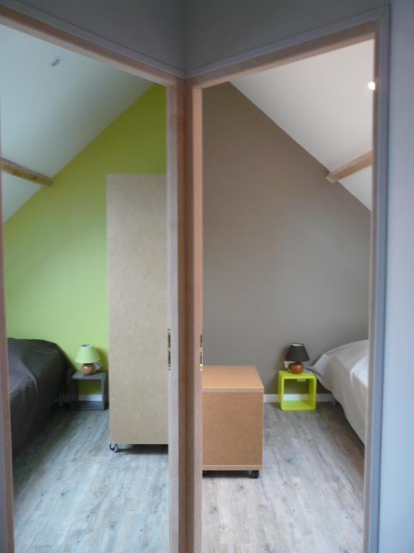 A l'étage : Chambre pistache et Chocolat Couchages lit 1 place 90 x 190