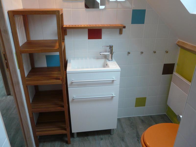 Salle d'eau a l'étage avec douche - vasque - WC - étagère