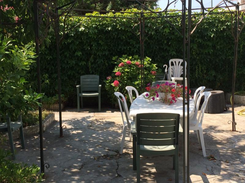 un autre coin repas du jardin