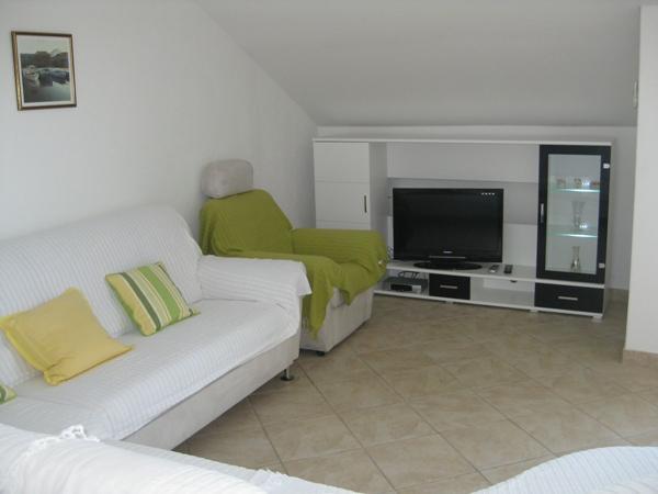 A3 drugi kat (4+2): living room