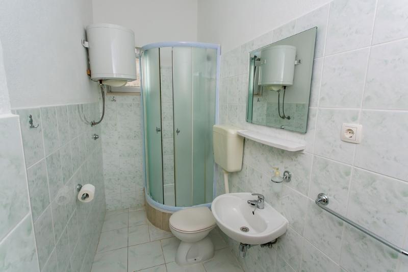 A2 mali (2+1): bathroom with toilet