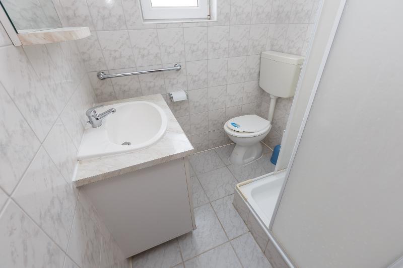 A5 (2 + 2): baño con inodoro.