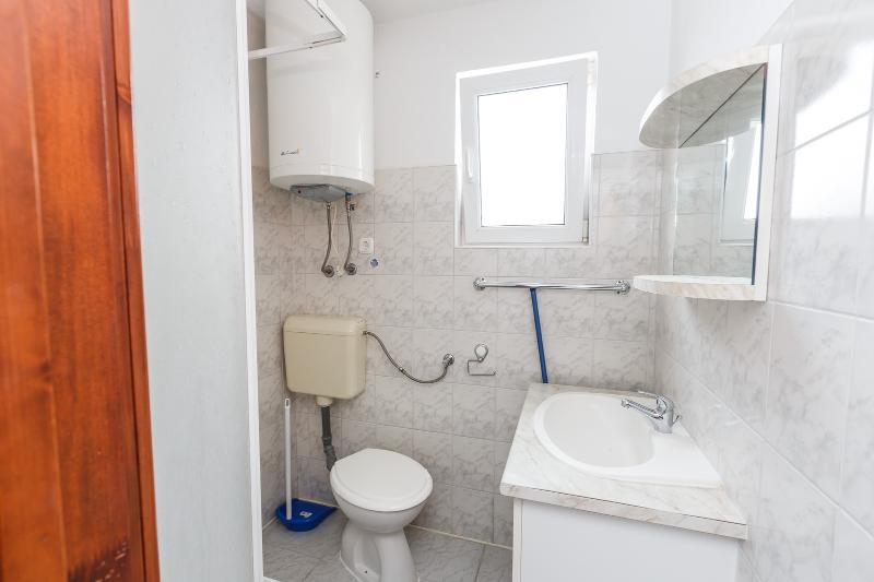 A7(2+2): bathroom with toilet