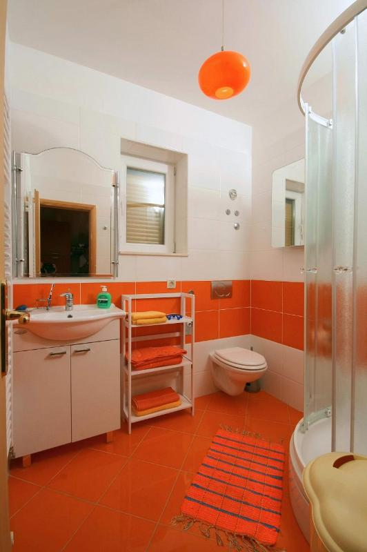 A3(4+1): bathroom with toilet