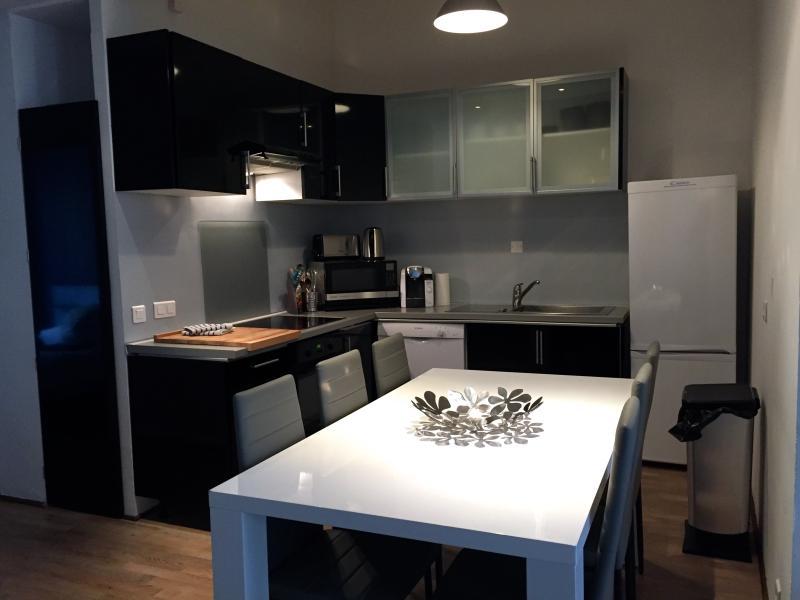 Fullt utrustat öppet kök med diskmaskin