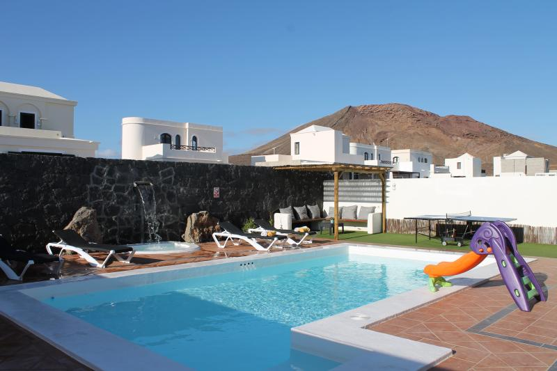 New Villa-PoolHeated-FullSKYtv-WIFI-AirCon-Near FaroPark, vacation rental in Playa Blanca