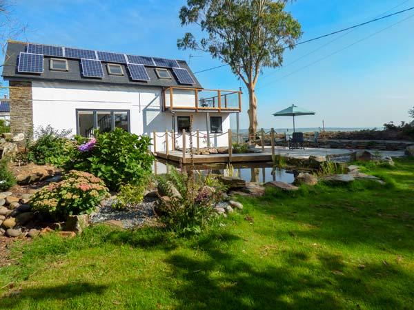 COLHAY STUDIO, woodburning stove, parking, gardens with water features, in, holiday rental in Boscastle