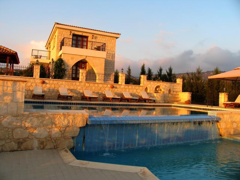Stunning Villa - Huge Infinity Pool - Sea Views, holiday rental in Steni