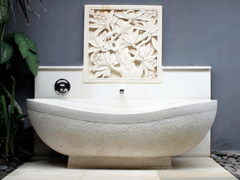 Chambre # 1 Salle de bains avec baignoire terrazzo dans le jardin semi-privé ouvert.