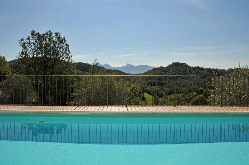 VILLA Il NIDO 8PAX Pool, A/C,WiFi, BBQ amazing view close to beaches and 5 Terre, vacation rental in Barbarasco