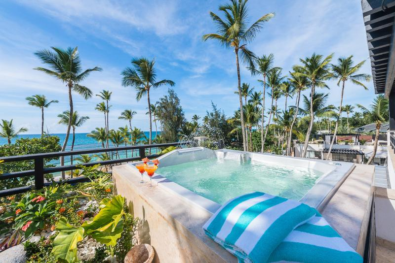 The rooftop jacuzzi with ocean view