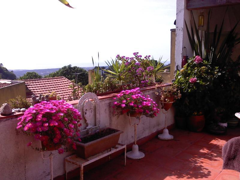 Terrasse de la maison avec une vue magnifique et exquise de la montagne de Sintra et la côte Atlantique