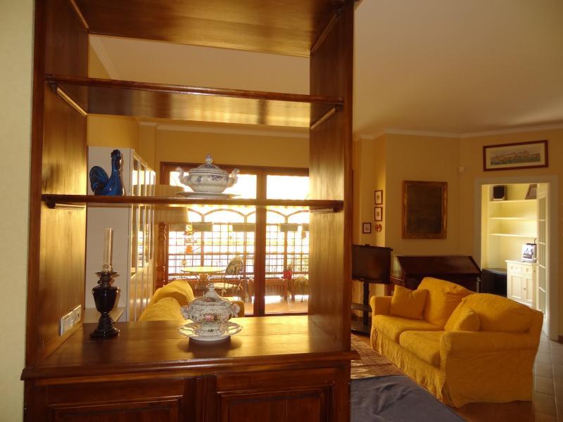 elegante e rifinito appartamento nel centro città, location de vacances à Pirri