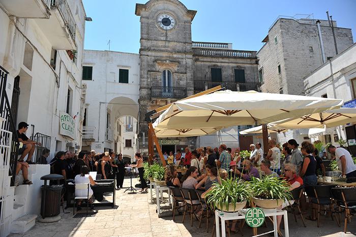Piazza Vittorio Emanuele II, a praça principal de Cisternino, o coração pulsante da aldeia.