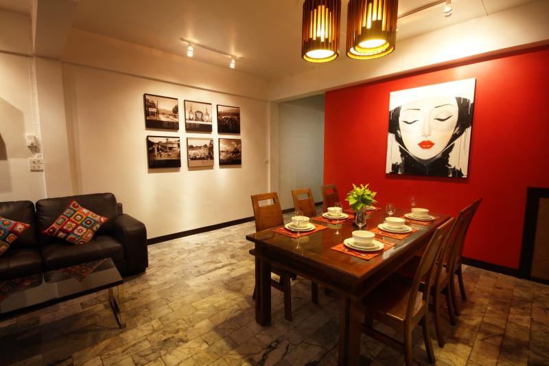 Zona pranzo con tavolo in teak massello sei posti a sedere.