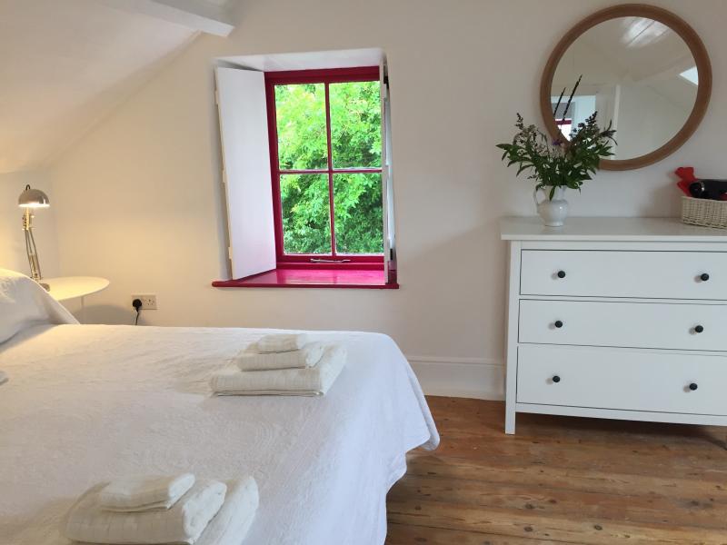 Chambre 1 - lit superking ou deux singles + commode & espace accrochant, séchoir à cheveux + hottie