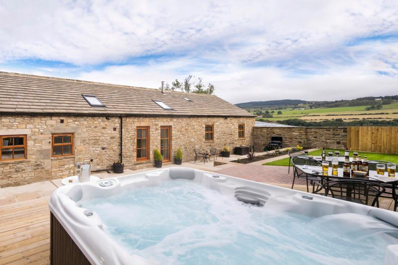 Sunrise Barn - with private hot tub & garden, holiday rental in Bowes