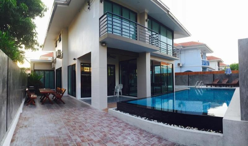 Vichy Villa 02: NEW LUXURY 6 BED POOL VILLA, holiday rental in Pattaya