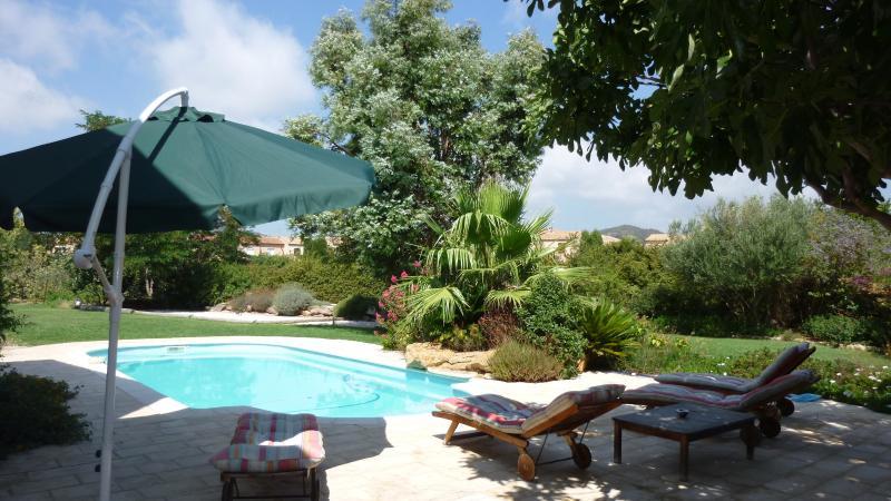piscine 9 m x 4,15 m font plat profondeur 1m40 transats, table basse, parasol