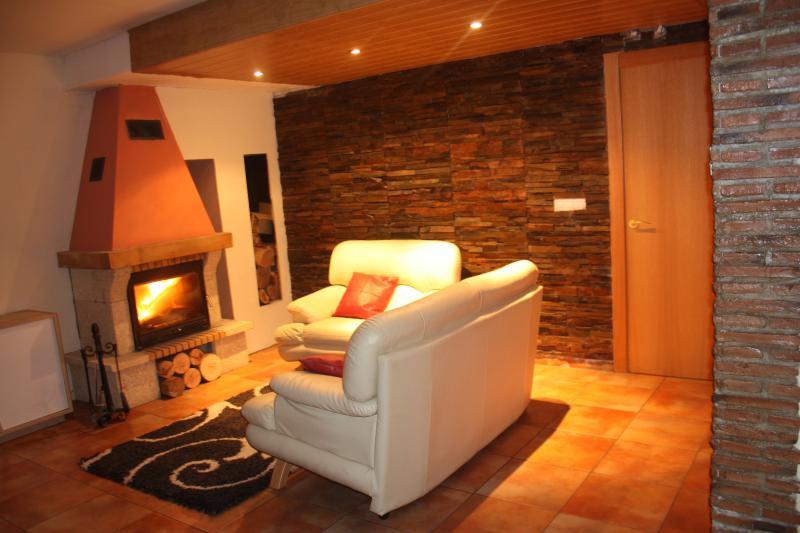 Apartamento rustico con, aseo, cocina y chimena, salida directa al jardin.