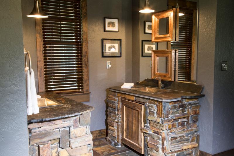 Flatwater Lodge - Wolf Creek Bathroom
