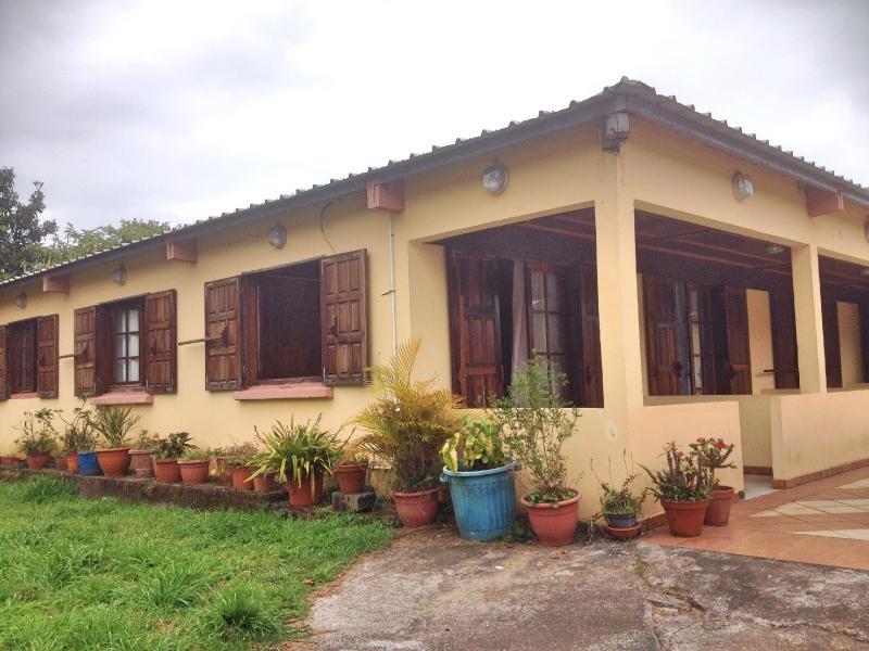 Vue extérieure de la villa. 3 des chambres disposent d'une terrasse individuelle