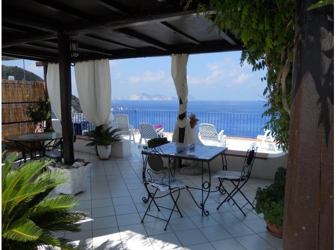 terrazzo con sedie sdraio e barbecue