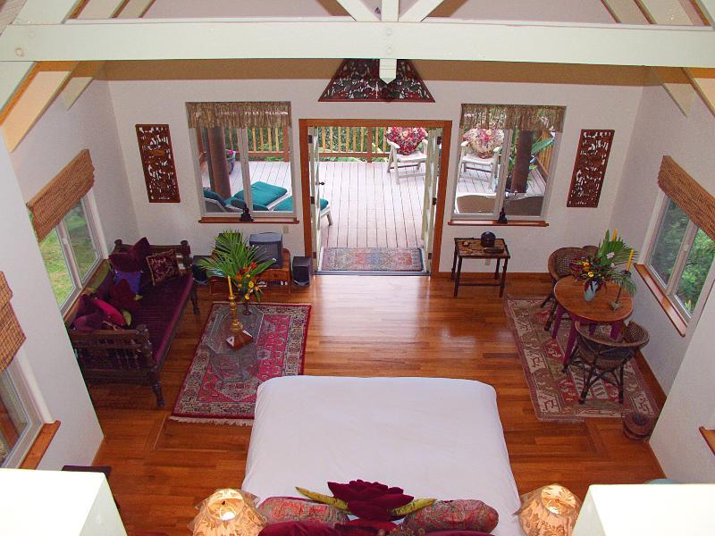 Un único plan de piso abierto con techos abovedados hacen de una forma muy cómoda sensación interior.