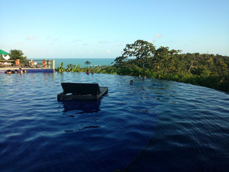 Common area of ​​the resort: infinity pool, overlooking the sea.