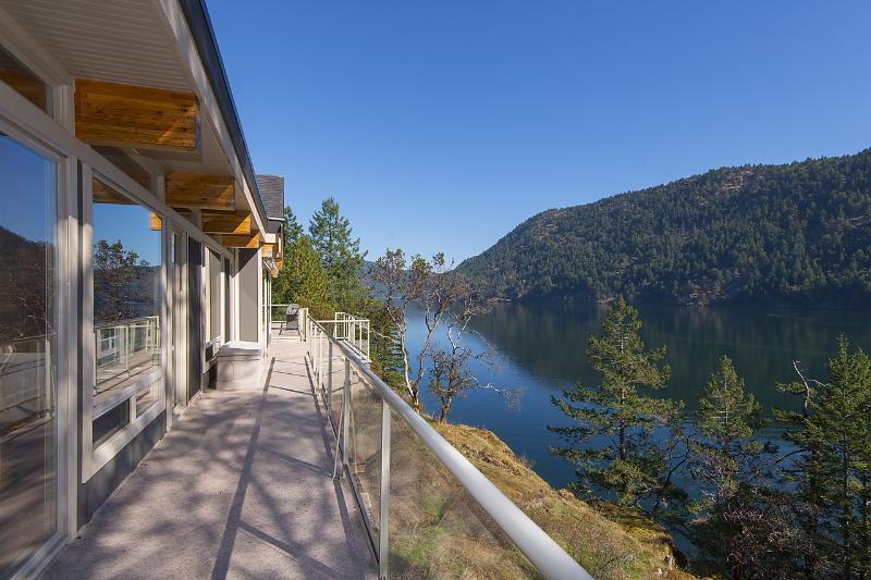 Tranquil Malahat Waterfront Retreat Awaits You, alquiler de vacaciones en Victoria