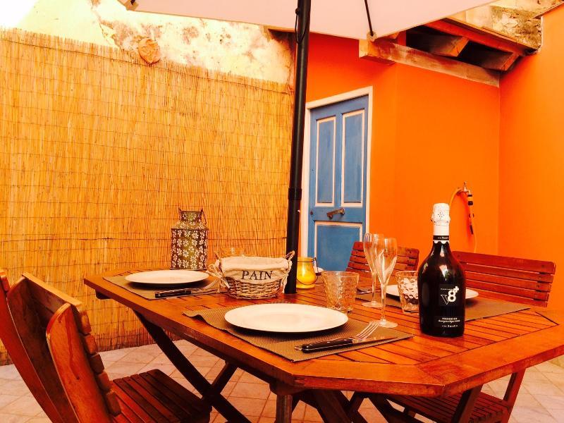 terrazzo con tavolo ed ombrellone
